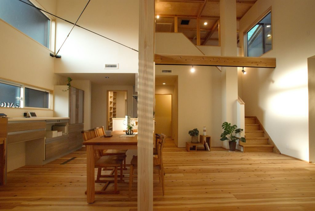 沼津市のR+house,吹き抜けで2階とつながる