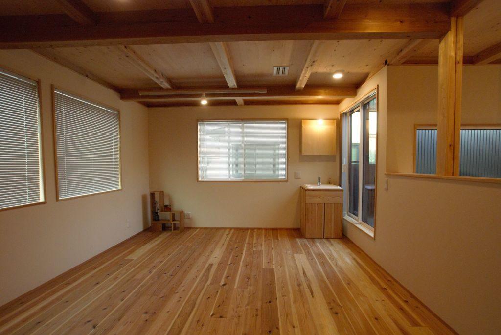 沼津市のR+house,杉板の床と木の天井