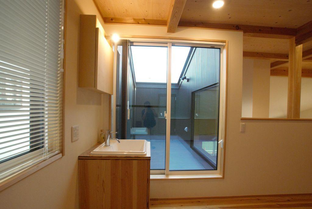 沼津市のR+house,スカイバルコニーと洗面台