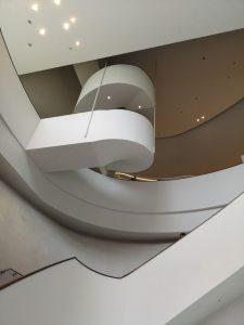 空中に浮かんだような螺旋階段