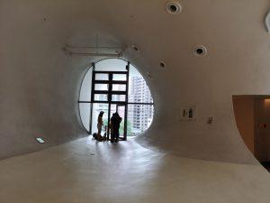 曲線の廊下の先のバルコニー